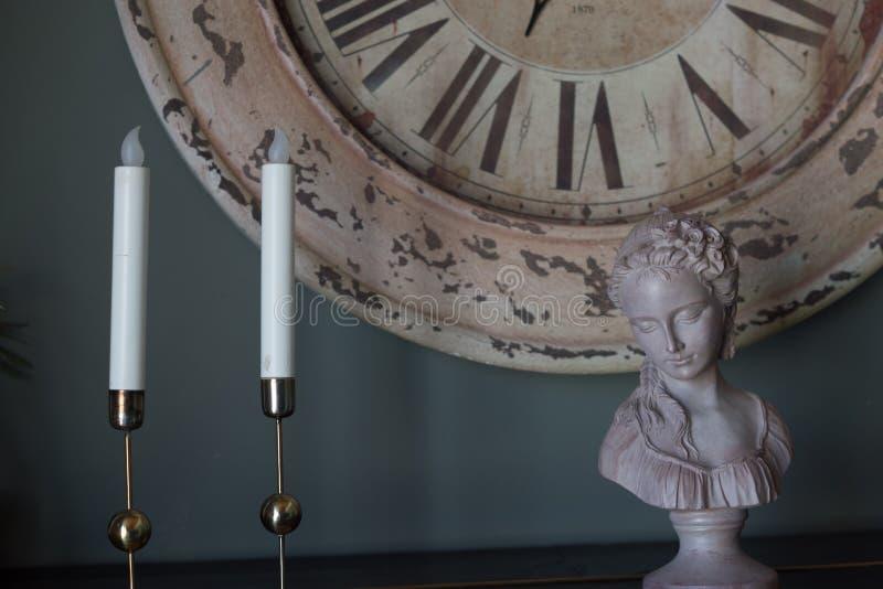 Candela e mini scultura fotografia stock