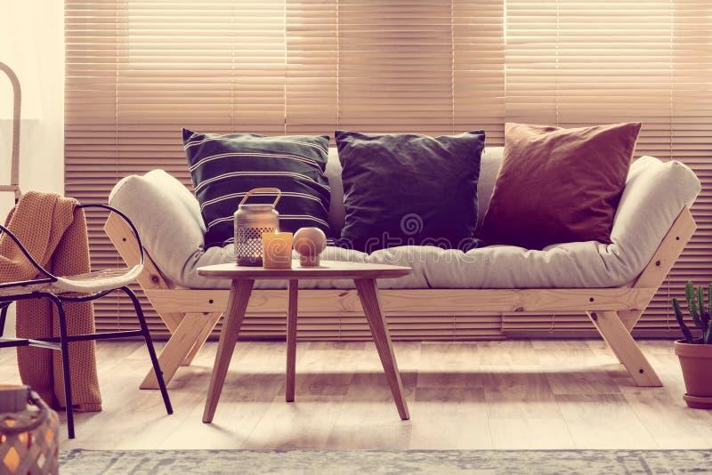 Candela e vaso sul tavolino da salotto in salone elegante fotografia stock libera da diritti