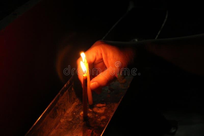 Candela ed incenso accesi per Buddha Fuoco selettivo immagine stock libera da diritti