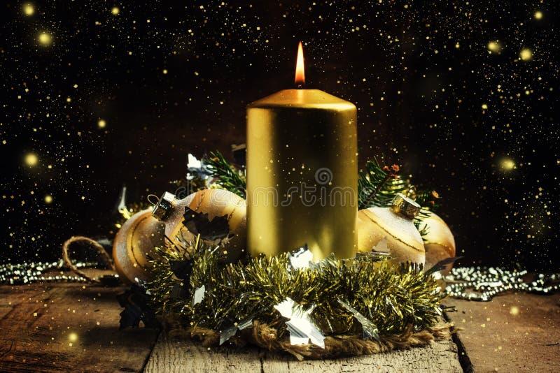 Candela, lamé, palle di Natale, perle ed abete rosso brucianti dorati fotografia stock libera da diritti
