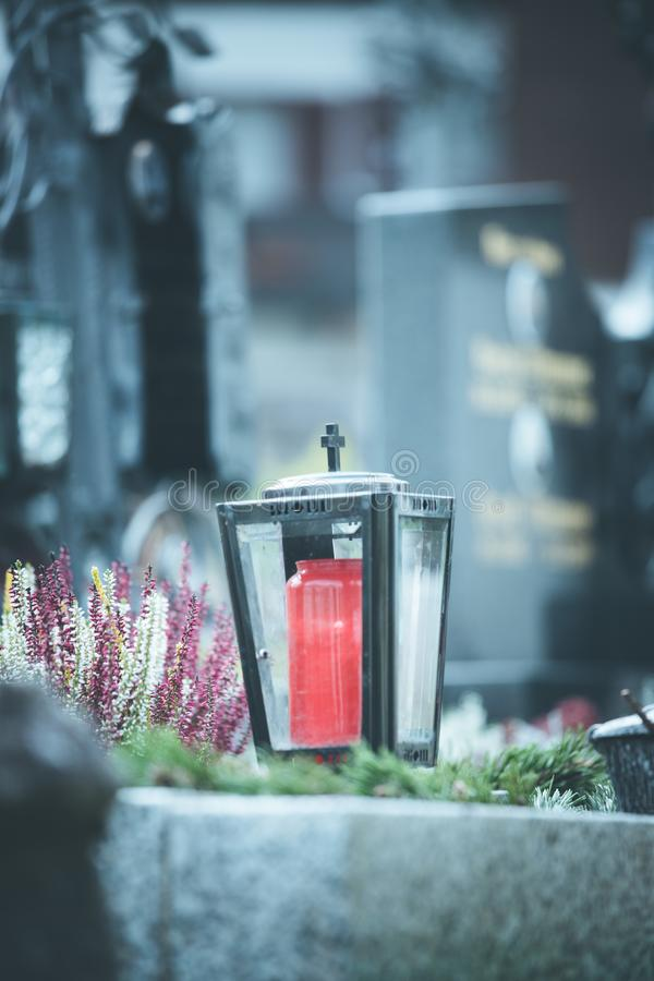 Candela/lanterna al cimitero, funerale, dispiacere fotografia stock