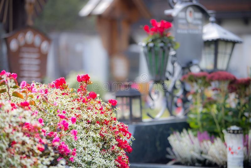 Candela/lanterna al cimitero, funerale, dispiacere Spazio della copia e di Floerws immagine stock