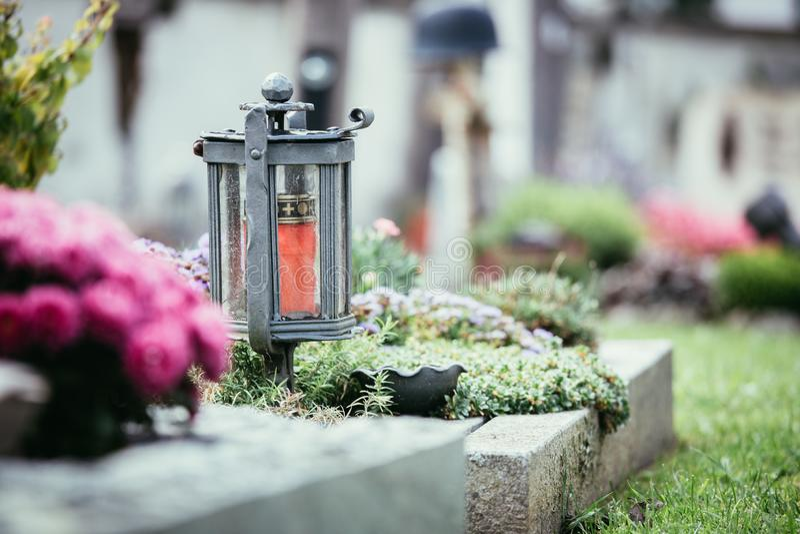 Candela/lanterna al cimitero, funerale, dispiacere fotografie stock libere da diritti
