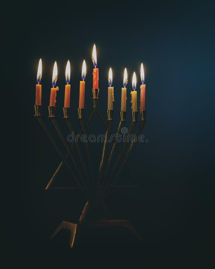 Candela lite sul menorah d'argento tradizionale di Chanukah fotografia stock libera da diritti