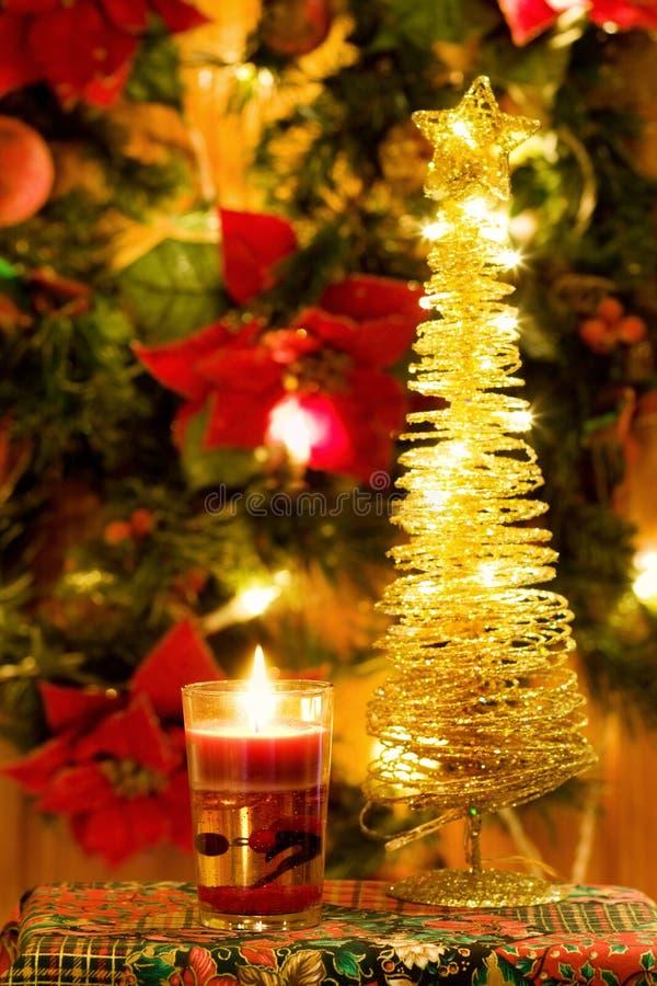 Candela magica di natale ed albero dorato immagine stock