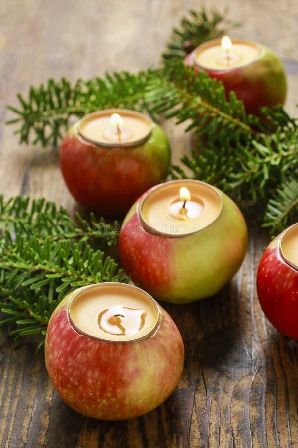 Candela nella decorazione di natale della mela fotografia stock libera da diritti