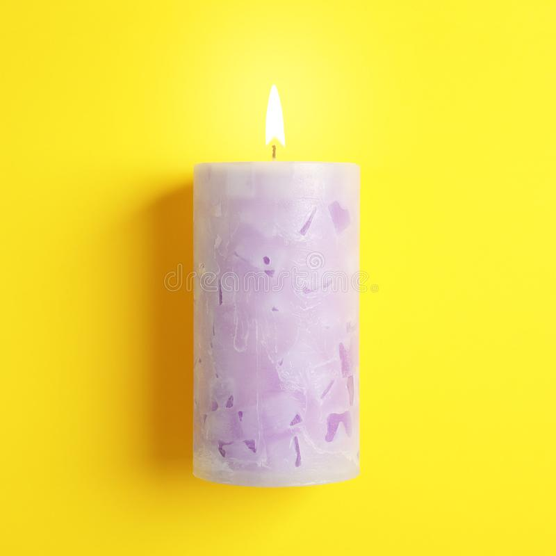Candela profumata della cera Alight su colore fotografia stock libera da diritti