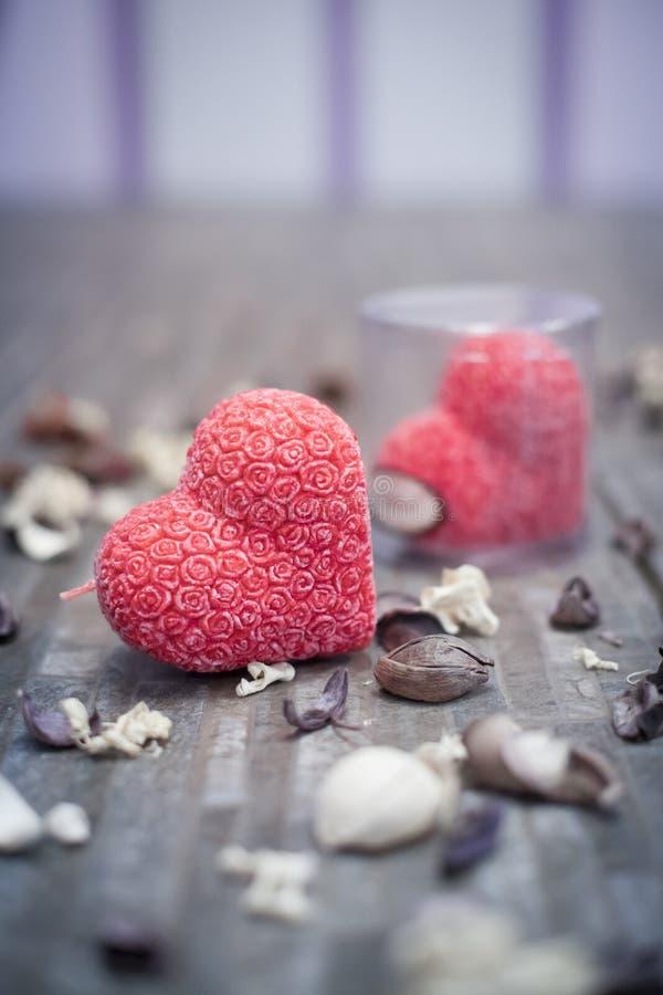 Candela rossa del cuore con i fiori ornamentali fotografia stock