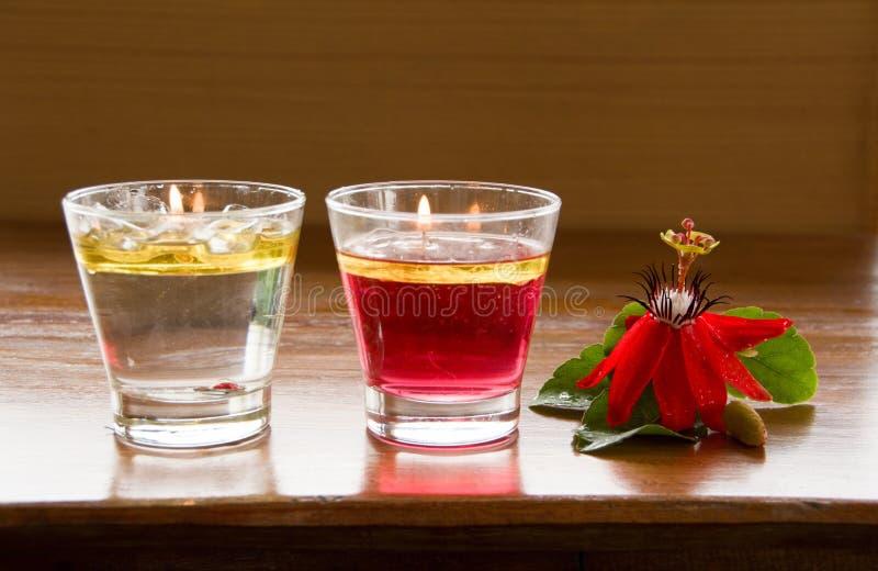 Candela rossa del fiore e dell'acqua della granadiglia fotografia stock