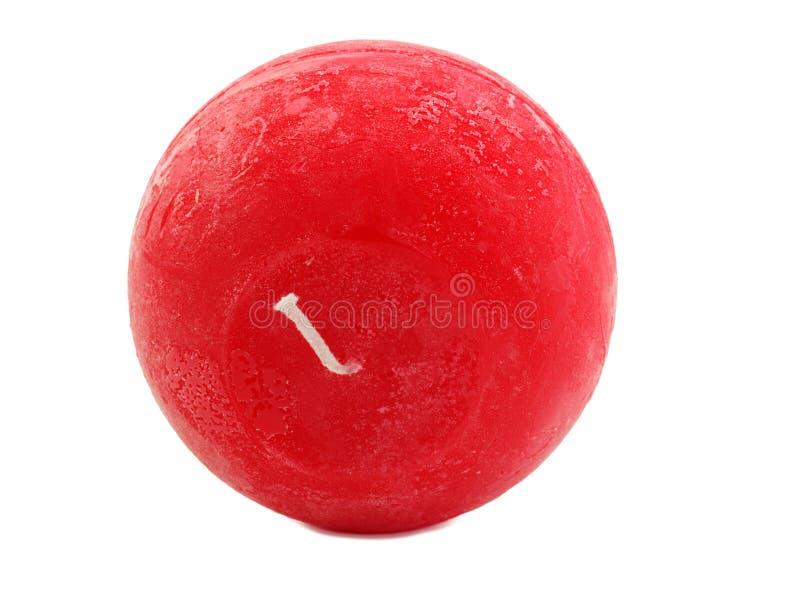 Candela rossa della cera con uno stoppino su un fondo bianco fotografia stock libera da diritti
