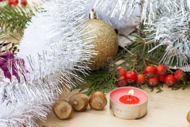 Candela rossa di Natale sulla tavola di legno fra il Natale e palla e decorazione del nuovo anno fotografia stock libera da diritti