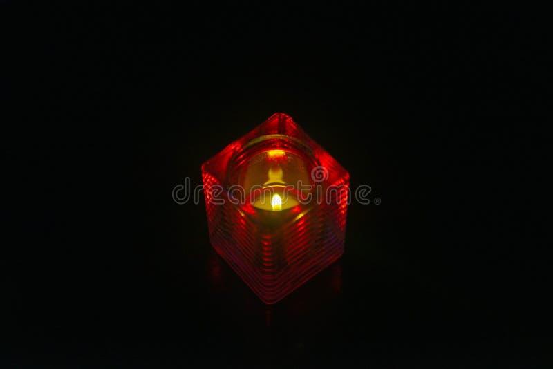 Candela in un supporto rosso immagini stock libere da diritti