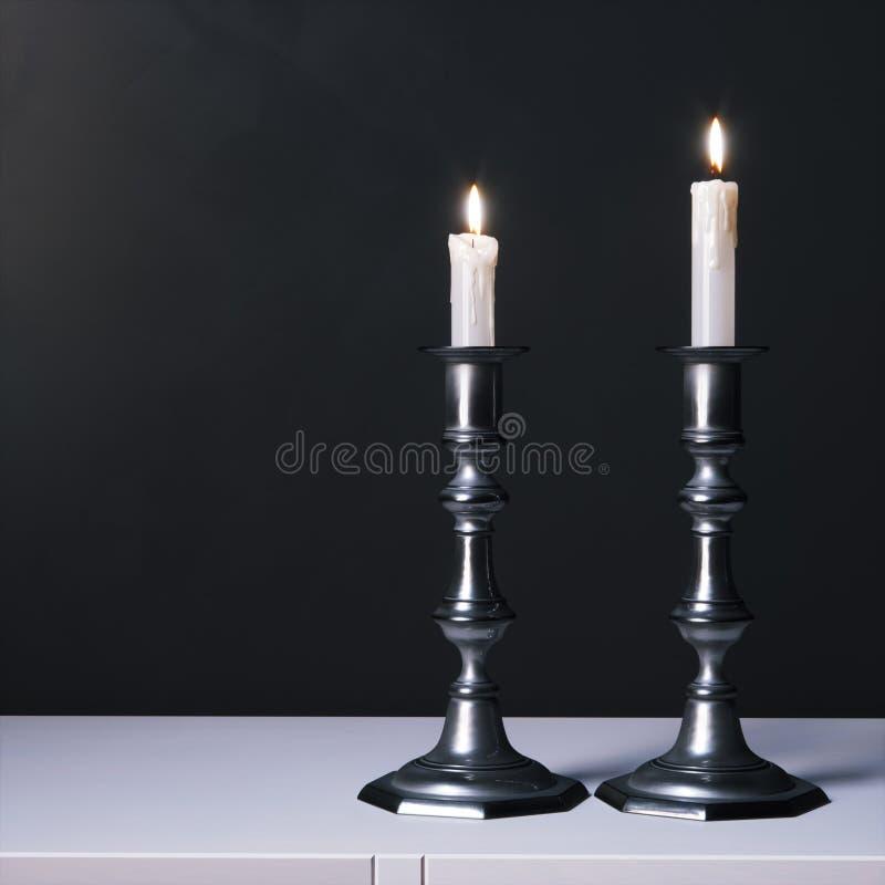 Candelabras d'argento con le candele sulla superficie bianca 3d rendono fotografia stock libera da diritti