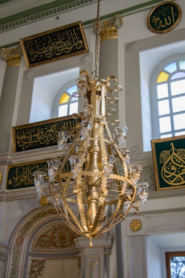 Candelabro bonito da mesquita em Istambul, Turquia, na exposição fotos de stock royalty free