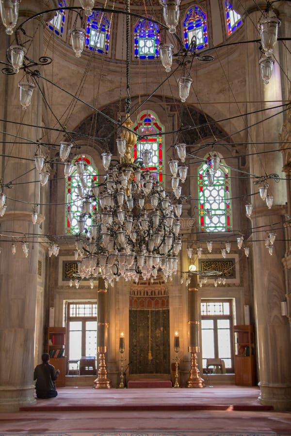 Candelabro bonito da mesquita em Istambul, Turquia, na exposição imagem de stock