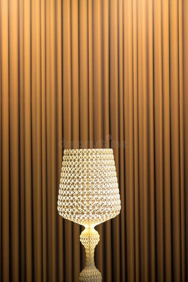 Candelabro contra o fundo marrom da cortina imagens de stock royalty free