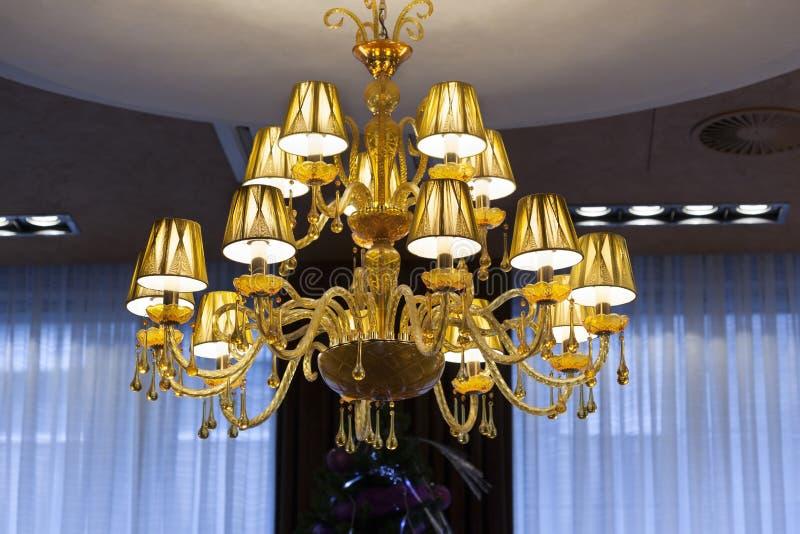 Candelabro de cristal bonito na entrada do hotel imagem de stock royalty free