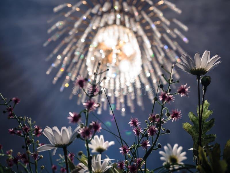 Candelabro de cristal e flores artificiais imagem de stock