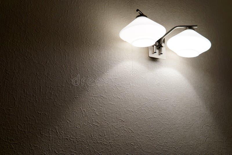 Candelabro de parede morno da parede com fundo de duas lâmpadas imagem de stock royalty free