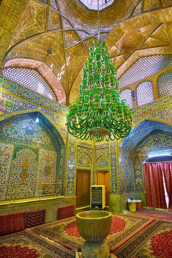 Candelabro de vidro do vintage no mausoléu de Shafti, Isfahan, Irã foto de stock royalty free