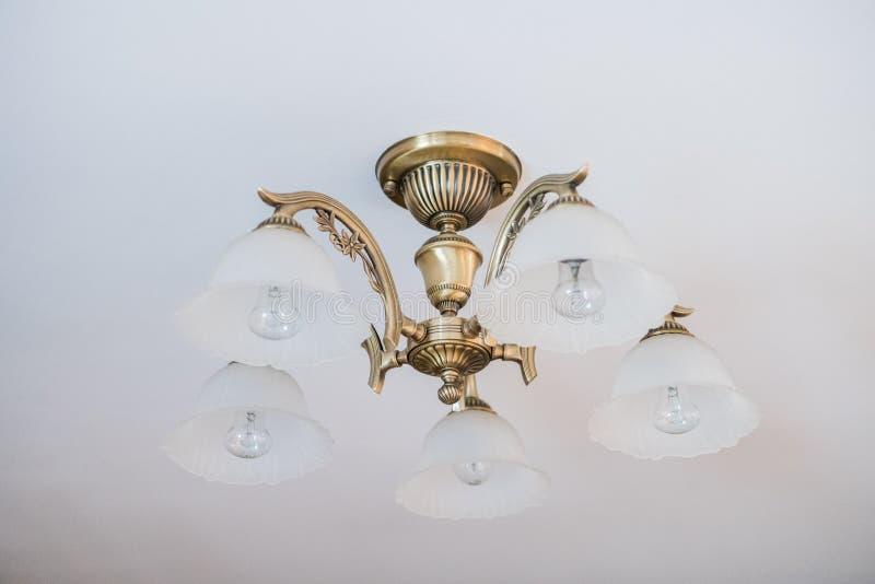 Candelabro do vintage Uma lâmpada antiga no candelabro de parede interior, velho imagem de stock royalty free