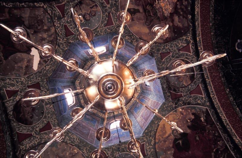 Candelabro em uma igreja   foto de stock royalty free