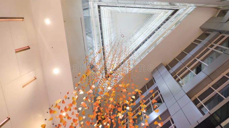 Candelabro feito dos confetes na construção moderna, vista inferior Cristal dourado, fundo abstrato Fundo Sparkling imagem de stock royalty free