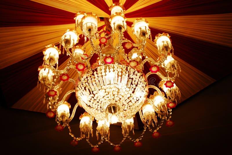 Candelabro Home dos interiores no teto fotografia de stock royalty free