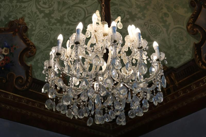 Candelabro luxuoso em um palácio real fotos de stock royalty free