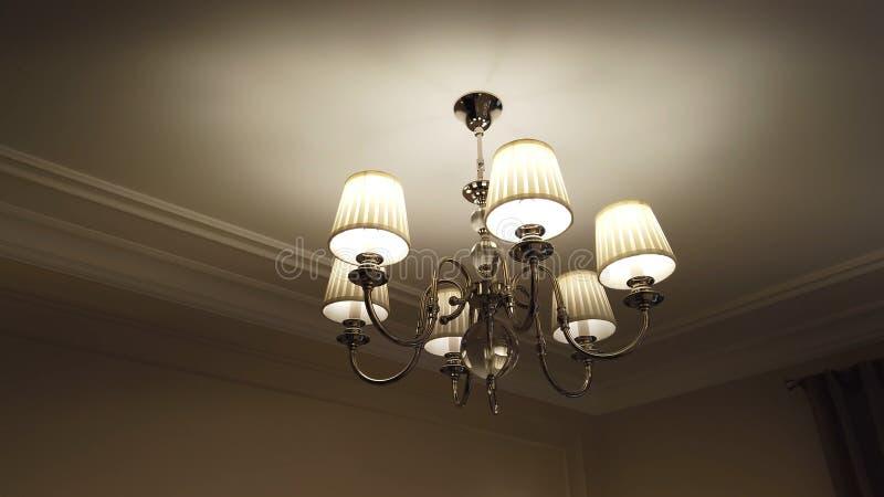 Candelabro moderno bonito e caro na sala de visitas foto de stock