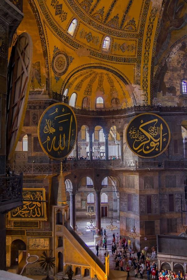 Candelabros, abóbadas e pinturas murais na mesquita famosa magnífica e bonita de Hagia Sophia fotografia de stock royalty free