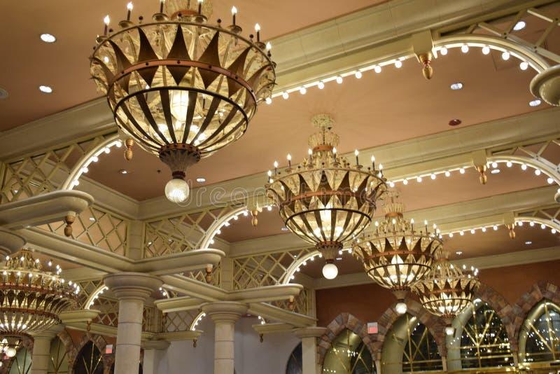 Candelabros dourados foto de stock royalty free