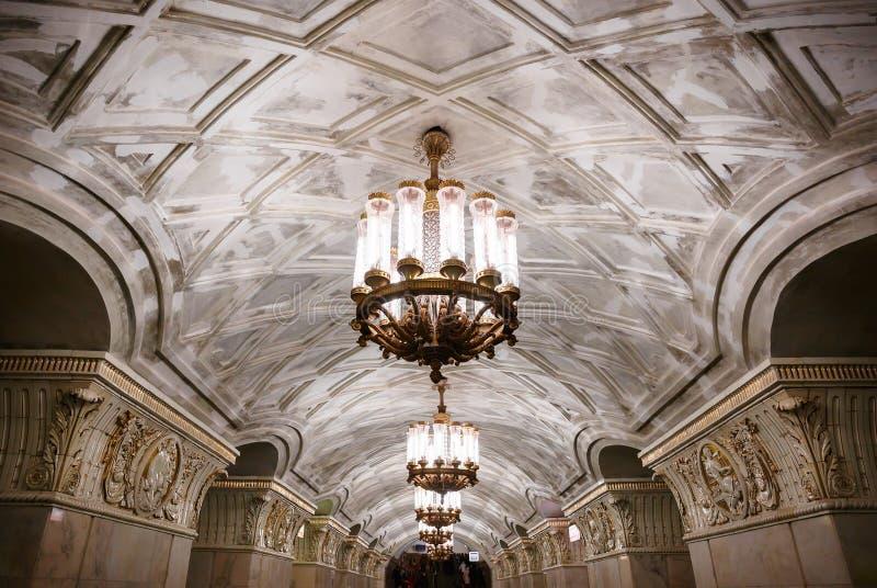 Candelabros no metro de Moscou foto de stock royalty free