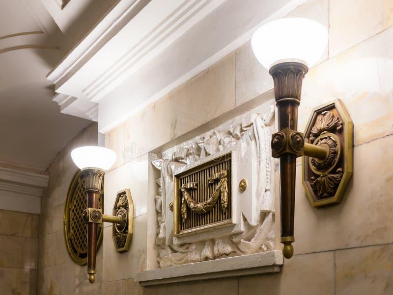 Candelabros no metro de Moscou fotos de stock royalty free