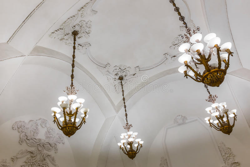 Candelabros no metro de Moscou imagens de stock royalty free