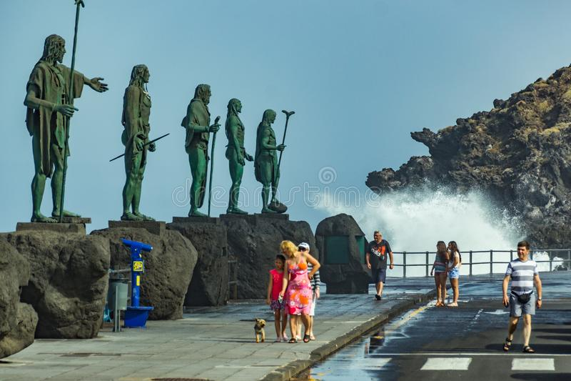 Candelaria, Tenerife, España - 17 de octubre de 2018: Las ondas gigantes de la resaca vierten el cuadrado cerca de basílica Estat fotos de archivo