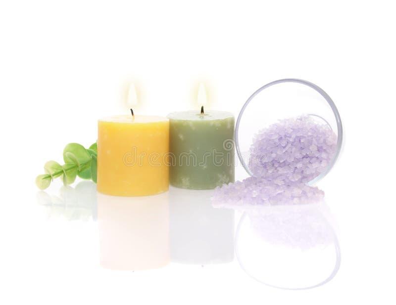 Candele aromatiche, sale di bagno e foglio verde fotografia stock libera da diritti