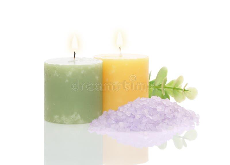 Candele aromatiche, sale di bagno e foglio verde immagine stock libera da diritti