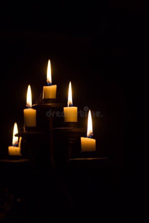 Candele brucianti in candeliere immagine stock libera da diritti