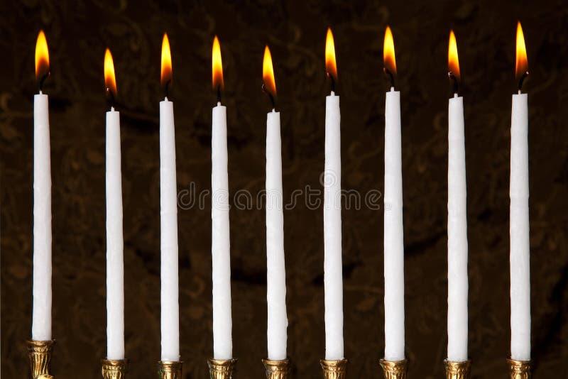 Candele brucianti di hanukkah in un menorah immagine stock libera da diritti