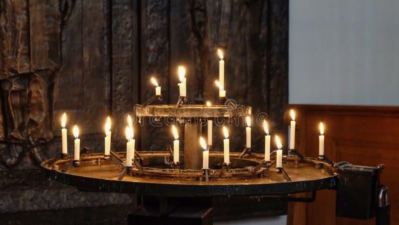 Candele Burning nella chiesa fotografia stock libera da diritti