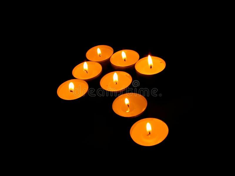 Candele Burning sotto forma di le frecce. fotografia stock libera da diritti