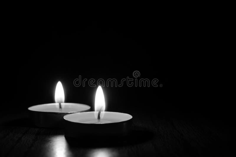 Candele che bruciano nei precedenti neri Foto in bianco e nero di Pechino, Cina immagine stock libera da diritti