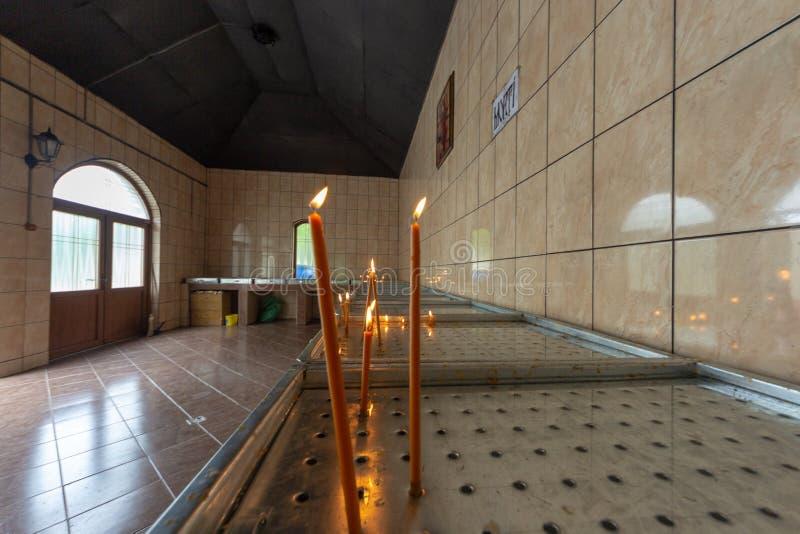 Candele che bruciano nella chiesa immagine stock