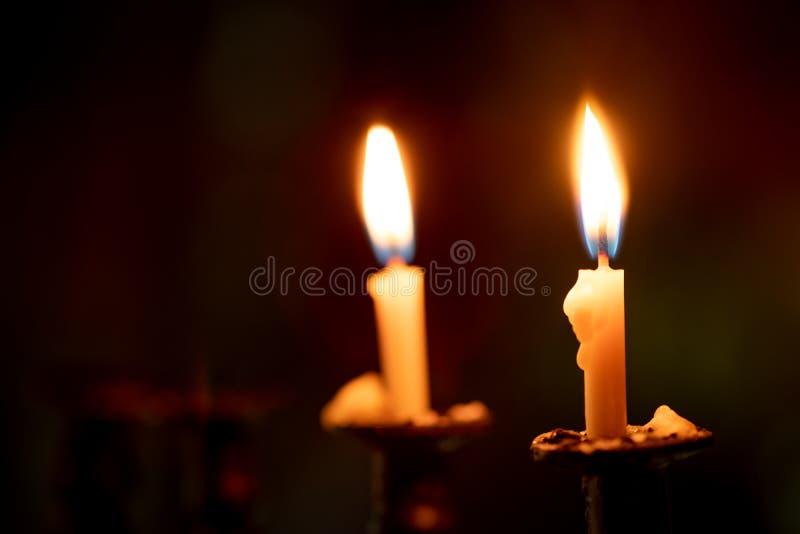 Candele che bruciano nella notte scura con il fuoco sulla singola candela i immagine stock libera da diritti