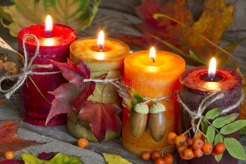 Candele di autunno con la natura morta astratta d'annata delle foglie immagini stock