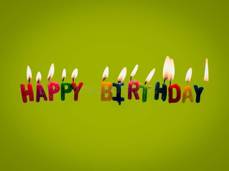 Candele di buon compleanno su fondo verde illustrazione vettoriale