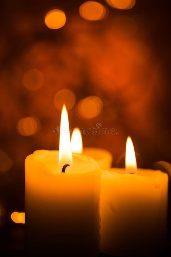 Candele di indicatore luminoso Candele di Natale che bruciano alla notte immagini stock libere da diritti