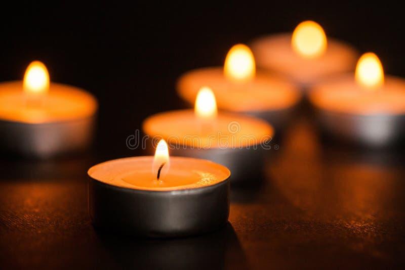 Candele di indicatore luminoso Candele di Natale che bruciano alla notte fotografia stock