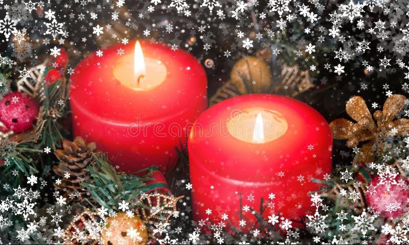Candele di indicatore luminoso Candele di Natale che bruciano alla notte fotografia stock libera da diritti